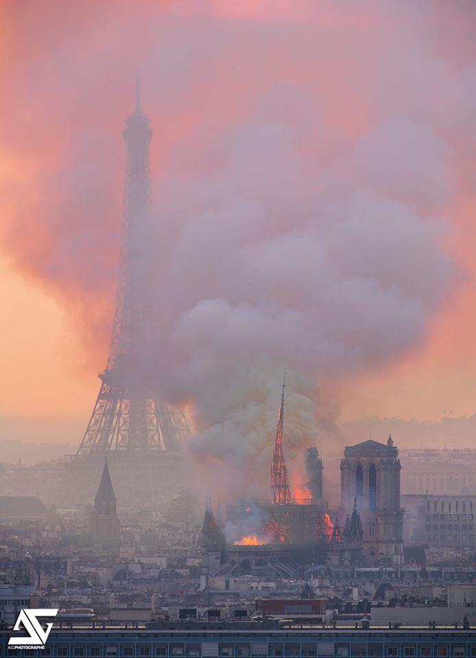 La flèche de Notre Dame qui s'écroule
